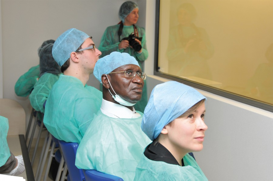 Przebieg operacji można było śledzić na monitorach poza salą operacyjną. Każdy ruch ręki prof. Henryka Skarżyńskiego uważnie obserwowali specjaliści z innych ośrodków.