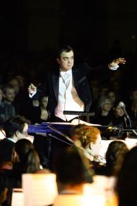 Pasją Dariusza Łapińskiego jest muzyka. Gdy przygotowuje się do koncertu, dyryguje orkiestrą, zapomina o szumach usznych. / Fot. Bruno Fidrych