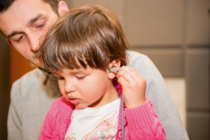 Badanie odruchu mięśnia strzemiączkowego. Do ucha dziecka wkładana jest sonda rejestrująca ten odruch.