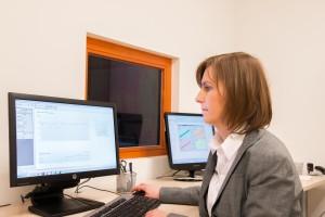 Inż. Anita Obrycka za pomocą oprogramowania sprawdza, czy w odpowiedzi na podane dźwięki występuje odruch mięśnia strzemiączkowego. Zarejestrowany odruch pozwala stwierdzić, czy stymulacja przez implant nie jest zbyt silna.