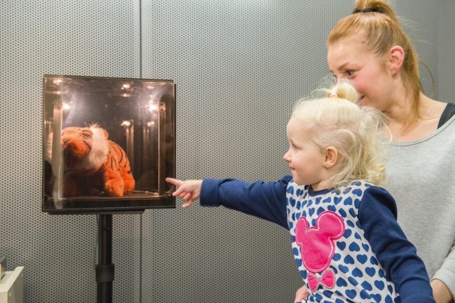 Audiometria wzmocniona wizualnie (VRA). Dziecko w odpowiedzi na dźwięk ma odwracać głowę w kierunku podświetlanej zabawki. Pokazuje się ona tylko w momencie prawidłowej reakcji na sygnał akustyczny.