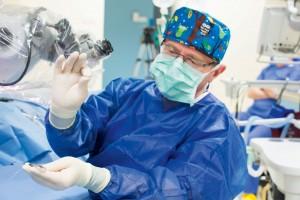 Prof. Henryk Skarżyński wraz z zespołem podczas operacji wszczepienia implantu Synchrony w sali operacyjnej Światowego Centrum Słuchu.