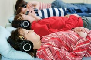 Pierwszy etap terapii SPS-S. Pacjenci słuchają odpowiednio przetworzonego materiału dźwiękowego. Takie ćwiczenie zajmuje trzy godziny dziennie.