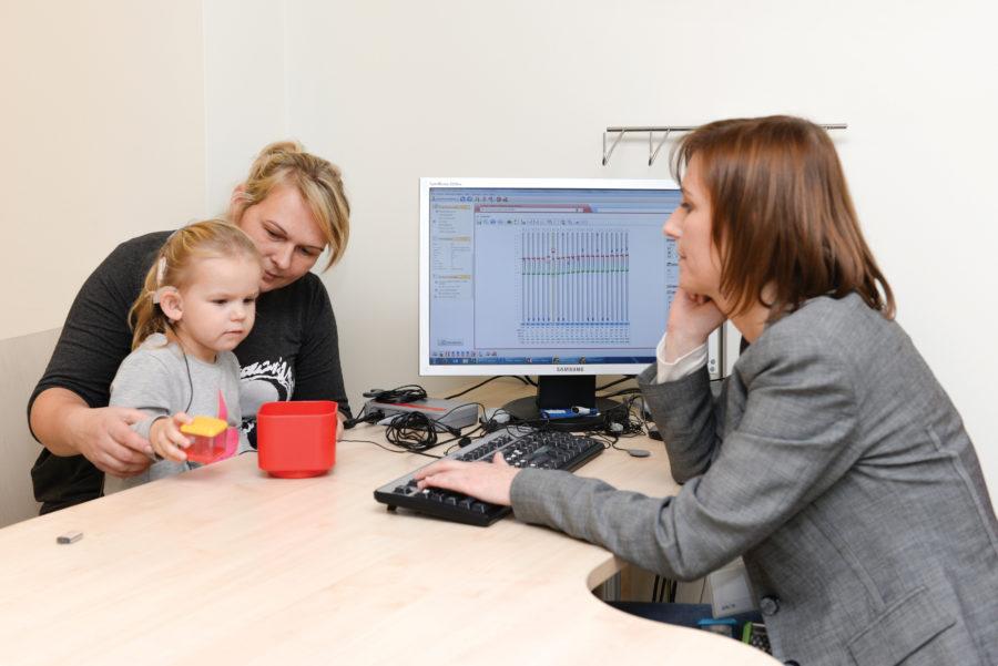 Dr Anita Obrycka, inżynier kliniczny, dobiera parametry pracyprocesora mowy