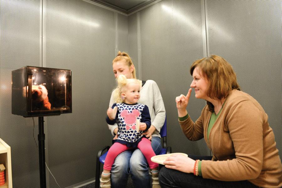 Dr Małgorzata Zgoda, surdopedagog, przeprowadza badanie behawioralne.