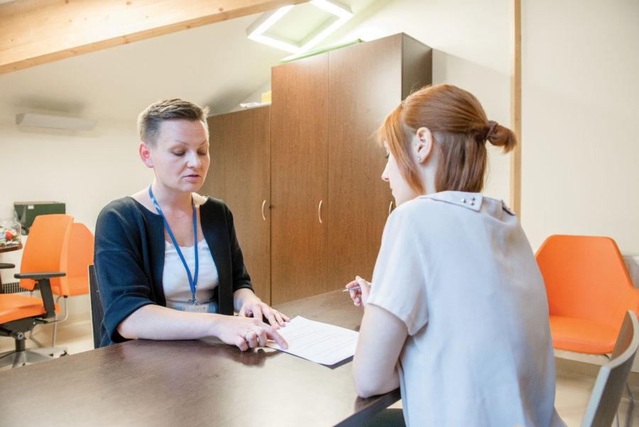 Mgr Joanna Putkiewicz podczas konsultacji psychologicznej zpacjentką.
