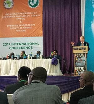 Prof. Piotr H. Skarżyński prezentuje wyniki pierwszych przesiewowych badań słuchu u dzieci wwieku szkolnym wNigerii.