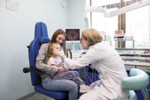 Dr n. med. Elżbieta Włodarczyk przeprowadza badaniekrtani przy użyciu fiberoskopu.