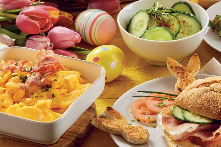 Na wielkanocnym stole królują jaja, mięsa i majonezy. Pojawiają się też żurek i chrzan oraz rzeżucha.