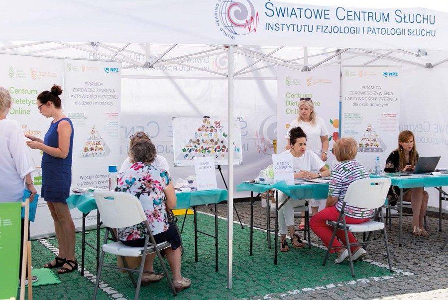 """Konsultacje dietetyków prowadzone przed gmachem Telewizji Polskiej w Warszawie w ramach Programu """"Po Pierwsze Zdrowie""""."""